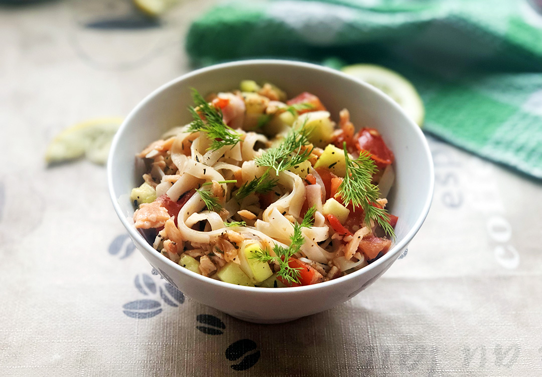 Lekki obiad: makaron z łososiem, cukinią i pomidorem