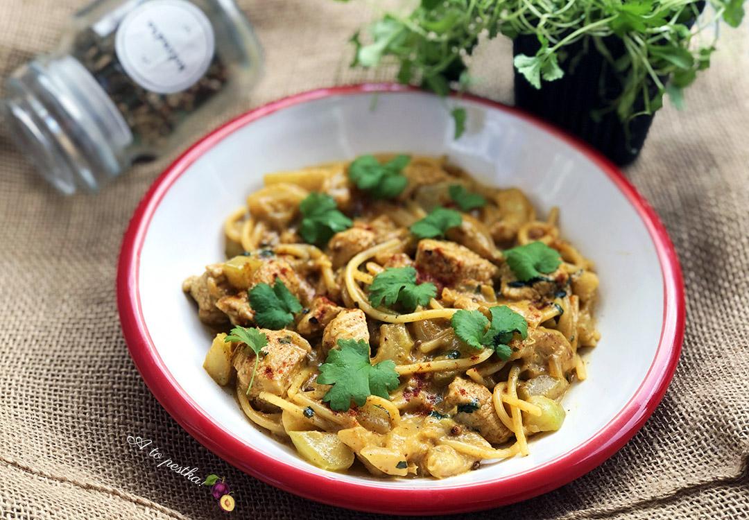 Noodle z kurczakiem i cukinią w sosie curry