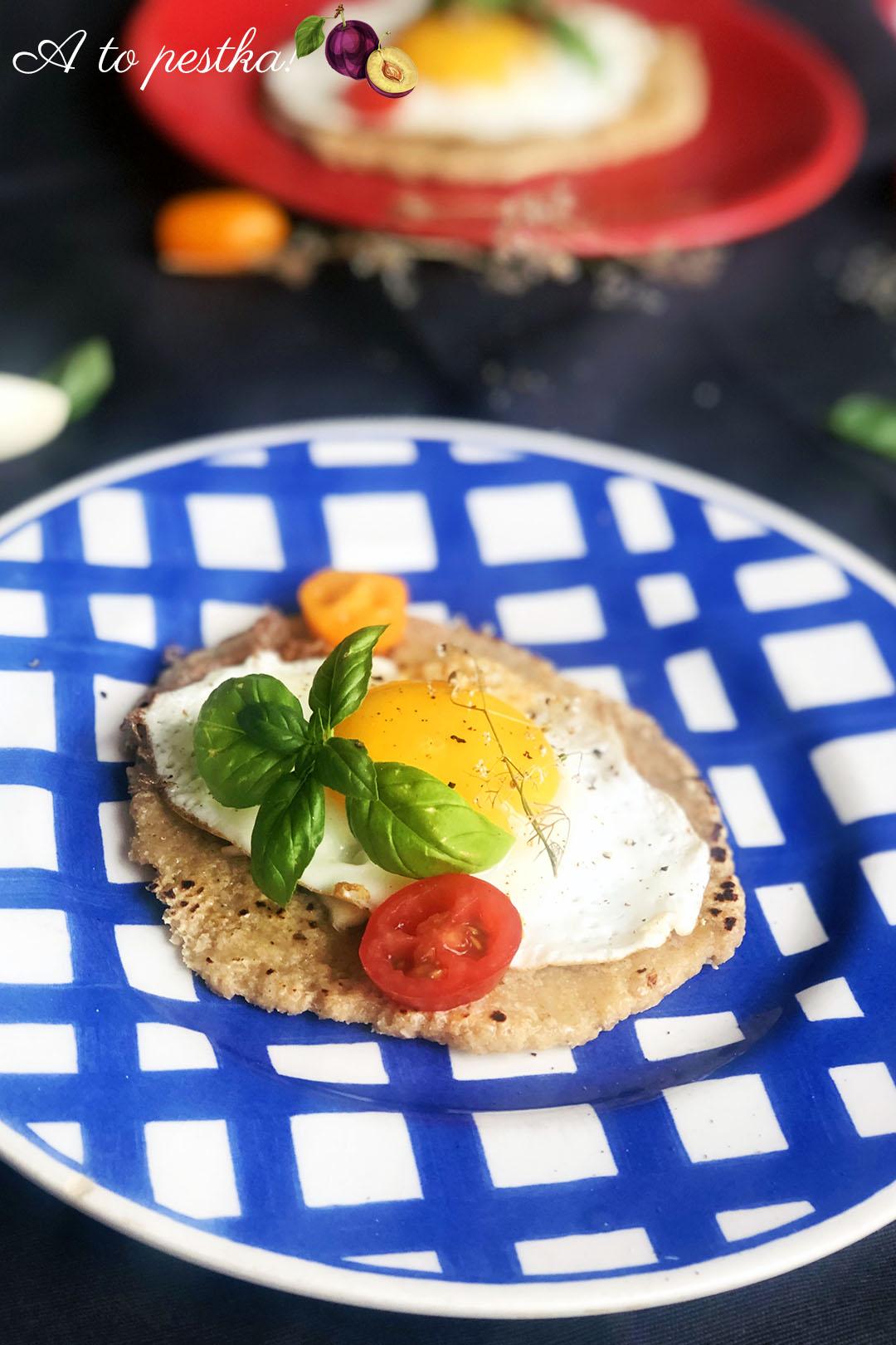 Domowe podpłomyki z jajkiem i masłem czosnkowym - fit śniadanie na słono