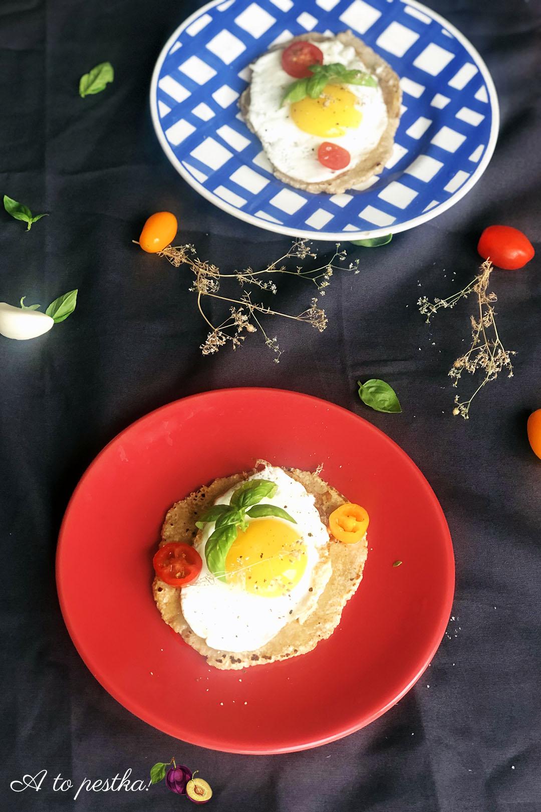 Domowe podpłomyki z jajkiem i masłem czosnkowym