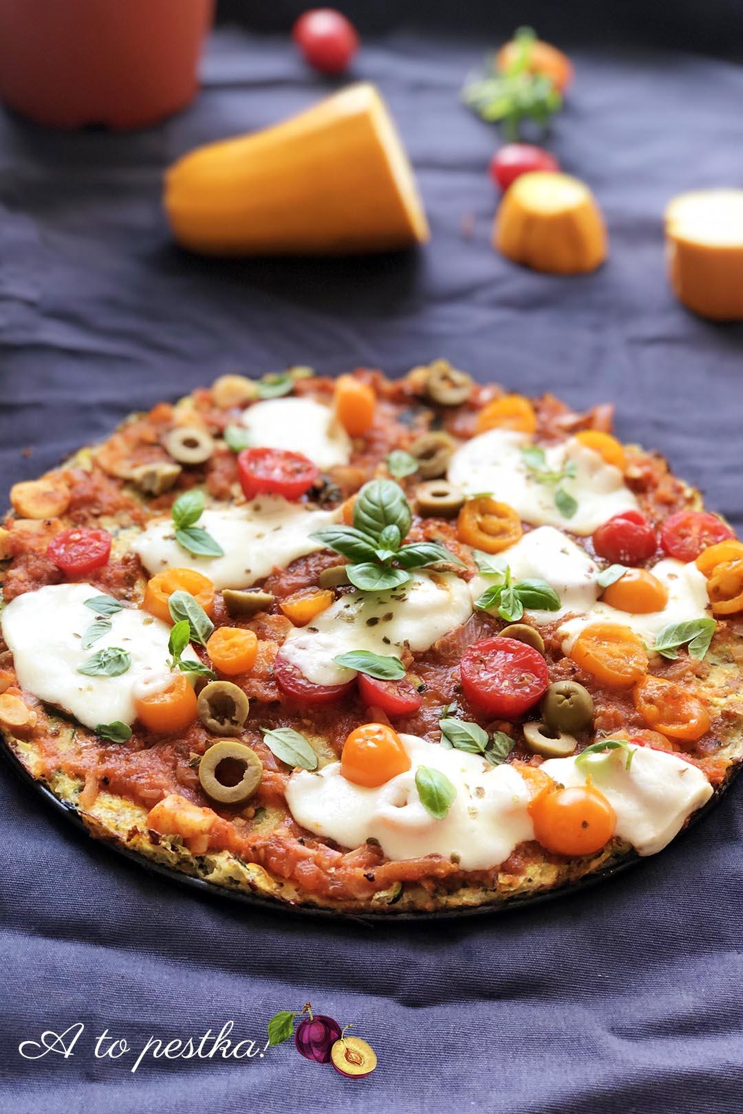Fit pizza na spodzie z cukinii – zdrowy i szybki obiad, przepis na cukinię